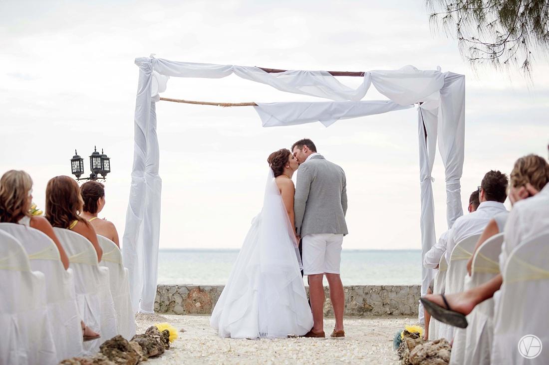 Vivid-blue-Zanzibar-wedding-Karafuu-Cobus-Cecilia-photography082