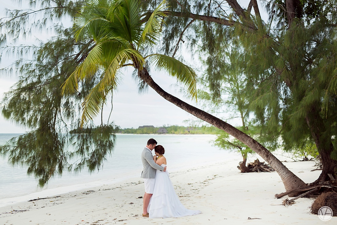 Vivid-blue-Zanzibar-wedding-Karafuu-Cobus-Cecilia-photography109